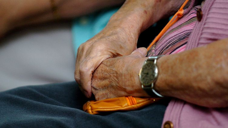 Une personne âgée dans une maison de retraite de Strasbourg (Bas-Rhin), le 13 octobre 2009. (MAXPPP)