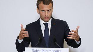 Emmanuel Macron lors d'une conférence de presse, à Saint-Pétersbourg (Russie), le 25 mai 2018. (LUDOVIC MARIN / AFP)