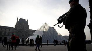Un militaire de l'opération sentinelle aux abords du musée du Louvre, à Paris, le 30 décembre 2016. (MAXPPP)