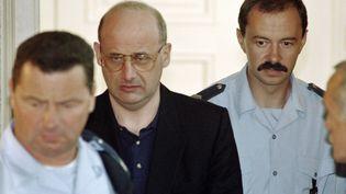 Jean-Claude Romanddevant la cour d'assises de l'Ain, au palais de justice de Bourg-en-Bresse, le 25 juin 1996. (PHILIPPE DESMAZES / AFP)