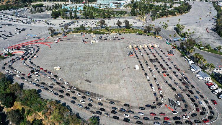 Une file de voitures à un centre de test Covid-19, le 26 juin 2020 à Los Angeles (Etats-Unis). (MARIO TAMA / GETTY IMAGES NORTH AMERICA / AFP)