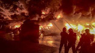 Les pompiers lors de leur intervention sur l'incendie de l'usine Lubrizol à Rouen (Seine-Maritime), dans la nuit du 25 au 26 septembre 2019. (YACINE MOUFADDAL / SDIS / AFP)