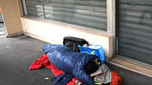 Un sans-abri dormant sur un trottoir de Paris. (ULLSTEIN BILD / ULLSTEIN BILD)