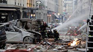 Les pompiers interviennent pour tenter de contenir l'incendie provoqué par l'explosion.Selon le ministre de l'Intérieur, Christophe Castaner, plus de 200 pompiers et une centaine de policiers sont sur les lieux de l'explosion. (THOMAS SAMSON / AFP)