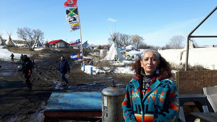 Ladonna est la propriétaire du terrain qui borde le chantier d'oléoduc. Cette indienne a le regard aussi noir que sa colère. Selon elle, une pénurie d'eau guette toute la planète et ce qui se passe chez elle devrait alerter le monde entier. Elle craint une rupture de l'oléoduc en voie de construction, ce qui polluerait la rivière Missouri et toutes les précieuses sources du secteur. (RADIO FRANCE / MATHILDE LEMAIRE)