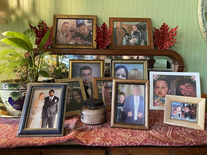 Leslie Ishmael a posé une photo de Donald Trump sur la commode de sa maison de Miami (Texas), le20 octobre 2020. (RAPHAEL GODET / FRANCEINFO)