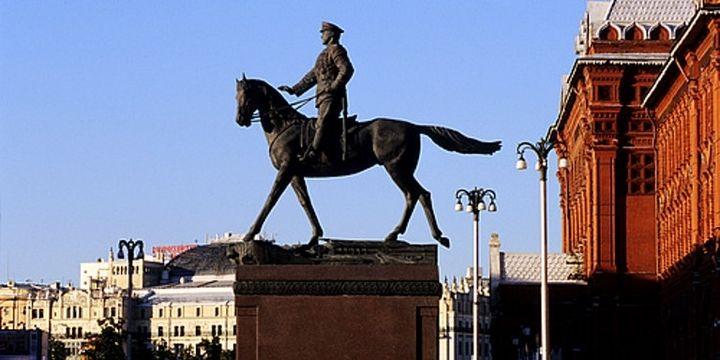 La statue équestre à la gloire du maréchal Joukov sur la place rouge de Moscou.  (Thomas Patrice/Hemis.fr)