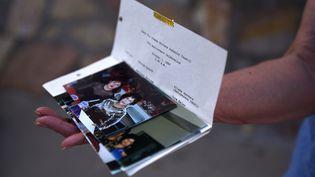 Une femme tient, le 5 août 2019, une photo d'Angie Englisbee, tuée lors de la fusillade à El Paso (Texas). (CALLAGHAN O'HARE / REUTERS)
