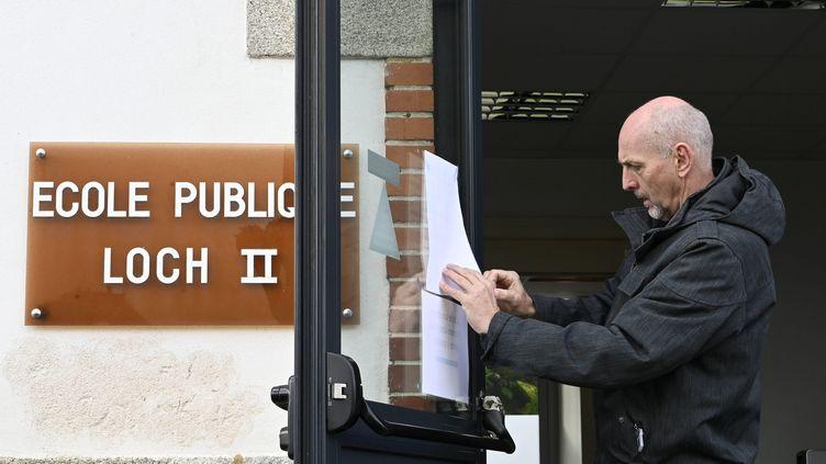 Le directeur d'une école publique d'Auray (Morbihan) ferme son établissement en raison de l'épidémie de Covid-19, le 2 mars 2020. (MAXPPP)