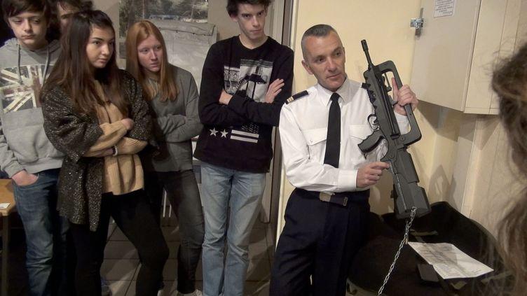"""Un officier de l'armée de l'air fait une démontration d'un fusil d'assault de type FAMAS devant des jeunes lycéens covoqués pour leur journée """"défense et citoyenneté"""". Photo d'illustration. (PHILIPPE DE POULPIQUET / MAXPPP)"""