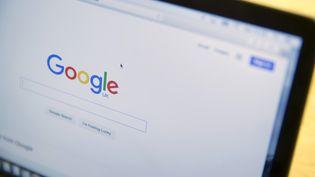 La page d'accueil du moteur de recherche Google, sur un ordinateur portable exposé dans un magasin londonien, le 21 janvier 2016. (NEIL HALL / REUTERS)