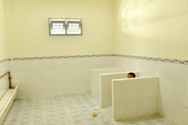 À l'école, Dao Thanh Lam (5 ans) peut utiliser les toilettes. Une grande partie de la réussite du Vietnam est imputable au système scolaire : depuis dix ans, tout nouvel établissement doit être équipé d'installations sanitaires à l'intérieur, et le lavage des mains est obligatoire. (ANDREA BRUCE / NOOR IMAGES POUR NATIONAL GEOGRAPHIC MAGAZINE)