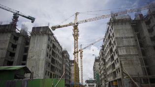 Rangoun, poumon économique de la Birmanie, est passée, en quelques années, d'un statut de ville figée dans le temps à celui de ville en mouvement, où les chantiers pullulent. Ici, le 24 septembre 2015. (YE AUNG THU / AFP)