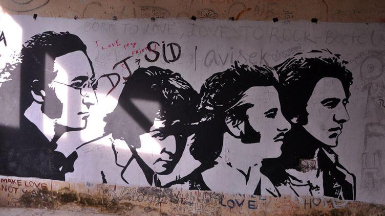 Graffiti représentant les Beatles sur le mur d'un hall de l'ashram où ils séjournèrent en 1968 (8 décembre 2015)  (STR / AFP)