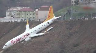 Un avion de la compagnie aérienne Pegasus a raté son atterrissage en Turquie samedi 13 janvier au soir. Aucune victime n'est à déplorer, même si les 162 passagers à bord ont cru au pire. (France 2)