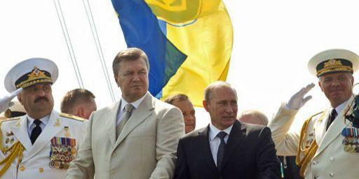 Le président russe Vladimir Poutine (costume sombre) et son homologue urkainien Viktor Yanukovych participent à une cérémonie militaire à Sébastopol (Crimée) en Ukraine le 28 juillet 2013. (AFP - Presidential Press Service Pool - Mykhaylo Markiv)
