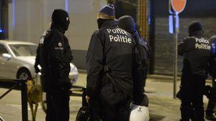 Des policiers belges dans le quartier de Molenbeek à Bruxelles, après l'arrestation de Salah Abdeslam, samedi 19 mars 2016. (DURSUN AYDEMIR / ANADOLU AGENCY / AFP)