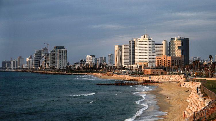 Une plage vide de Jaffa, pendant le confinement à cause du coronavirus, le 15 avril 2020. (AHMAD GHARABLI / AFP)