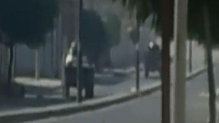 Des blindés de l'armée syrienne dans la ville de Homs, mercredi 16 novembre 2011. (APTN)