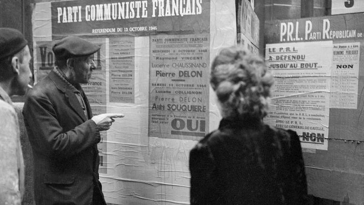 Des affiches électorales du Parti communiste français, apposées en vue du référendum du 13 octobre 1946. (AFP)