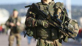 Une patrouille de militaires de l'opération Sentinelle, à Nice. Photo d'illustration. (SEBASTIEN BOTELLA / MAXPPP)