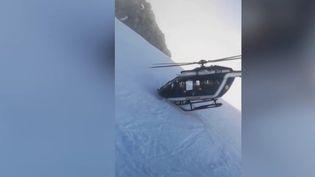 Un pilote d'hélicoptère effectue un sauvetage spectaculaire le 2 janvier 2019 en haute-Savoie (Capture d'écran 13 Heures France 2)