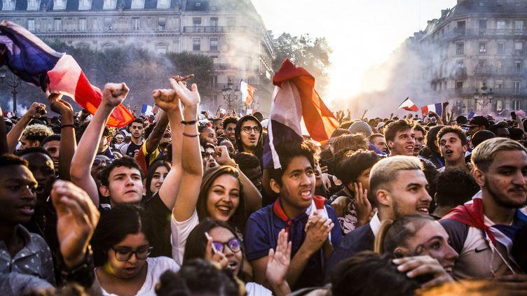 Des supporters de l'équipe de France assistent à la demi-finale de la Coupe du monde entre la France et la Belgique (1-0), devant l'Hôtel de ville de Paris, le 10 juillet 2018. (YANN CASTANIER / HANS LUCAS / AFP)