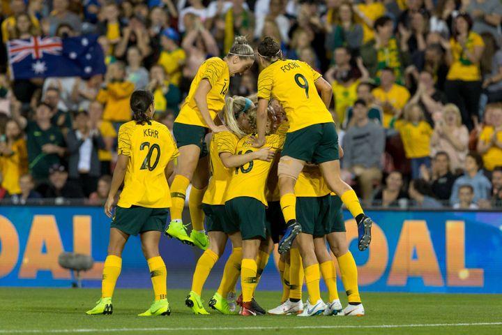 Les Australiennes se félicitent après un but inscrit contre la Chine, le 13 novembre 2018, à Newcastle (Australie). (SPEED MEDIA/REX/SHUTTERSTOCK/SIPA / SHUTTERSTOCK)