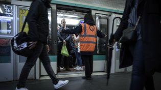 Le métro à la station Châtelet, à Paris, le 17 décembre 2019. (LIONEL BONAVENTURE / AFP)