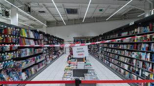 Dans le cadre du reconfinement, le gouvernement français avait déjà annoncé, le 30 octobre 2020, que les rayons livres et culture des grandes surfaces seraient temporairement fermés par souci d'équité entre grandes surfaces et librairies indépendantes. (SEBASTIEN RIEUSSEC / HANS LUCAS / AFP)
