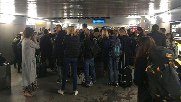 Des voyageurs patientent avant d'embarquer pendant que la police vérifie le signalement d'un passager qui a cru reconnaître le fugitif de Lorient, vendredi 14 juin 2019 à la gare de Rennes. (FRANCE 3 BRETAGNE)