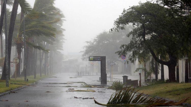 Le cyclone Bejisa a durement touché La Réunion, comme ici dans la ville du Port, le 2 janvier 2014. (RICHARD BOUHET / AFP)