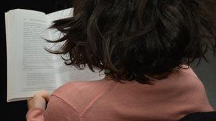 Une personne lit un livre. (JEAN-CHRISTOPHE BOURDILLAT / RADIO FRANCE)