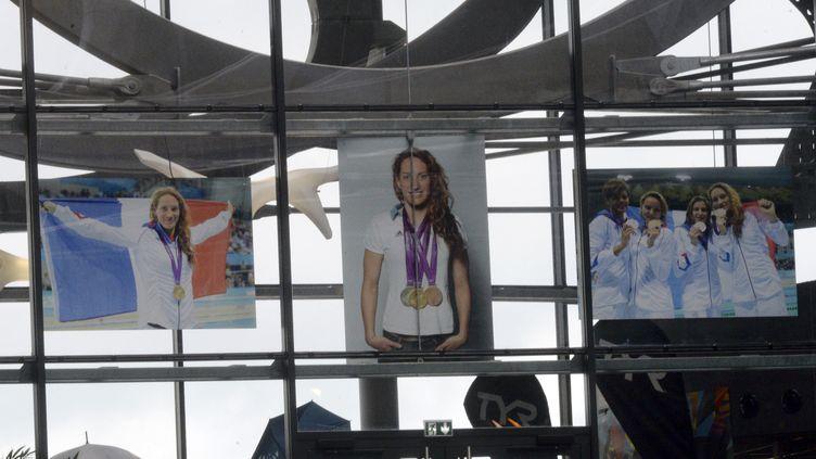 Un poster de Camille Muffat tendu au-dessus du bassin, à Limoges (Haute-Vienne), le 31 mars 2015, lors desChampionnats de France de natation. (JEAN-PIERRE MULLER / AFP)