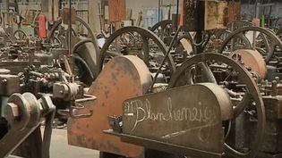 À Creil (Oise), les ouvriers fabriquent des clous sur mesure à l'aide de machines d'origine. Les pièces sont exportées dans le monde entier. (FRANCE 3)