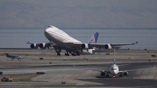 Des avions décollent de l'aéroport de San Francisco (Etats-Unis), le 7 novembre 2017(photo d'illustration). (YICHUAN CAO / AFP)