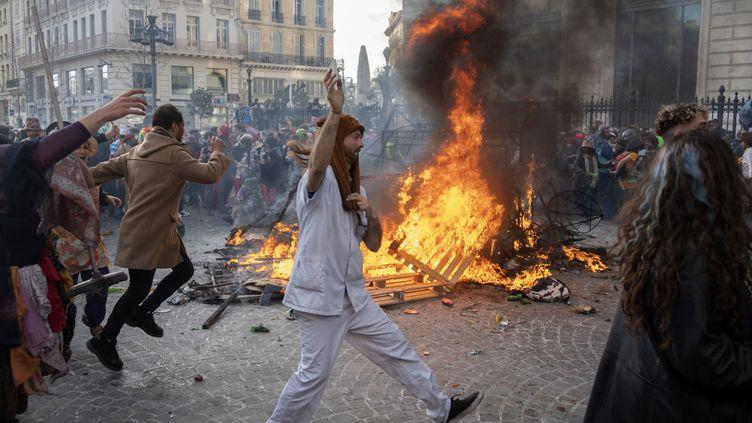 Des personnes déguisées participent au carnaval non autorisé organisé, malgré l'épidémie de Covid-19, à Marseille, dimanche 21 mars 2021. (CHRISTOPHE SIMON / AFP)