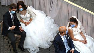 Des mariés attendent le Pape, au Vatican, en septembre 2020 (illustration). (VINCENZO PINTO / AFP)
