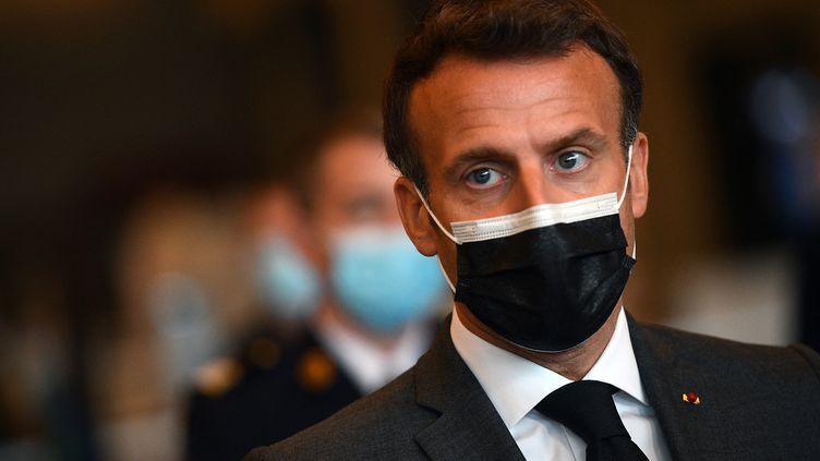 Emmanuel Macron, lors de la visite du vaccinodrome de Porte de Versailles à Paris, le 6 mai 2021. (CHRISTOPHE ARCHAMBAULT / POOL / AFP)