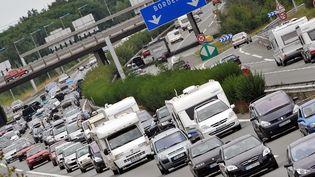 Des véhicules sont pris dans les embouteillages au niveau du péage de Virsac (Gironde) sur l'A10, le 16 août 2008. (PIERRE ANDRIEU / AFP)