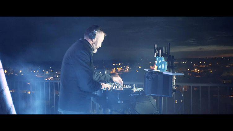 Le DJ Benji Ben enregistre un concert électro au sommetde l'église Notre-Dame-du-Lac de Lunel (Hérault) (France 3 Occitanie)