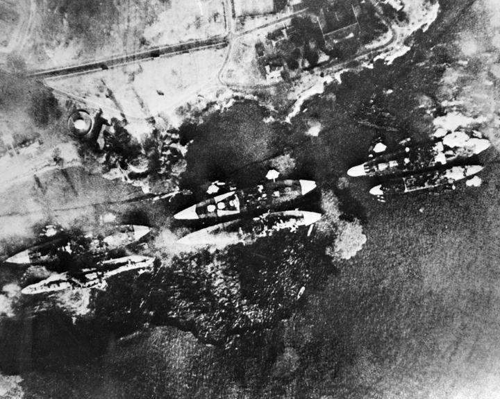 Vue aérienne de la flotte américaine lors de l'attaque de Pearl Harbor le 7 décembre 1941. (STF / AFP)
