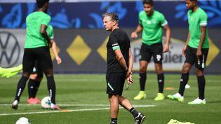 L'entraîneur de Saint-Étienne, Claude Puel (au centre), dirige ses joueurs lors d'une séance d'entraînement au Stade de France à Saint-Denis, le 23 juillet 2020. (FRANCK FIFE / AFP)