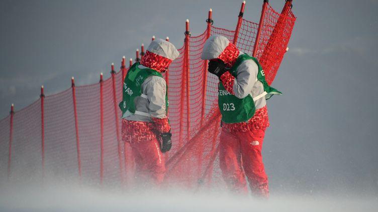Des volontaires font face au vent (FABRICE COFFRINI / AFP)