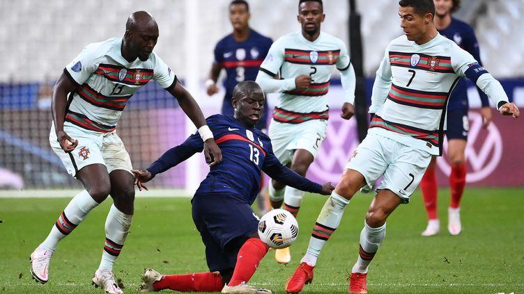 N'Golo Kanté entouré par des joueurs portugais (FRANCK FIFE / AFP)