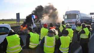 """Des """"gilets jaunes"""" manifestent à La Rochelle (Charente-Maritime), le 19 novembre 2018. (XAVIER LEOTY / AFP)"""