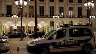Le Ritz, place Vendôme à Paris, mercredi 10 janvier après un braquage. (THOMAS SAMSON / AFP)