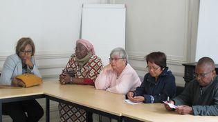 """Cinq des """"dames pipi"""" en conflit avec la société Sarivo PointWC, apprennent le verdict rendu, jeudi 27 août, par le tribunal des prud'hommes de Paris. (MARIE-ADELAIDE SCIGACZ / FRANCETV INFO)"""