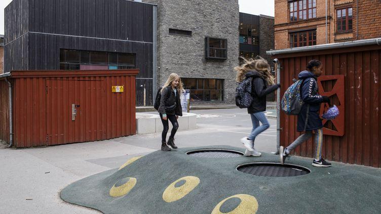 Elèves entrant dans une école de Copenhague, le 29 avril 2020. (THIBAULT SAVARY / AFP)