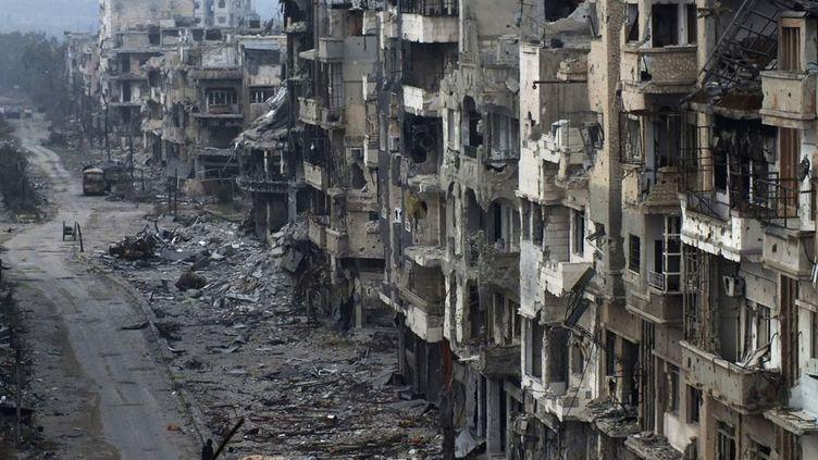 Une rue dévastée à Homs (Syrie), le 27 janvier 2014. (YAZAN HOMSY / REUTERS)